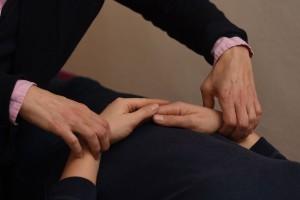 Behandlung mit Akupunktur: In der Chinesischen Medizin ist das Tasten des Pulses (neben der Betrachtung der Zunge) eine wichtige Diagnosemethode. An jeweils drei Positionen jedes Handgelenks lassen sich dabei unterschiedliche Pulsqualitäten erspüren, z.B. voll oder gespannt, leer oder fadenförmig. Diese Qualitäten können Aufschluss über das zugrundeliegene Krankheitsmuster geben.