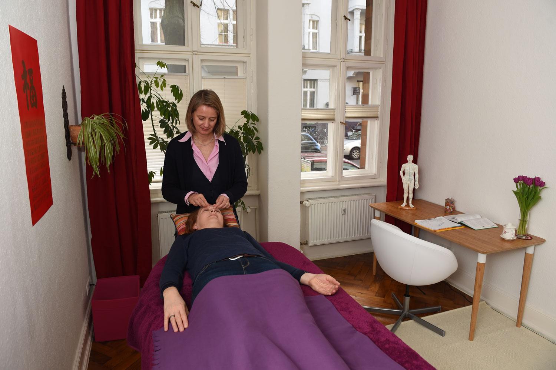 Tuina ist eine eigene Behandlungsform der Chinesischen Medizin. Massagen, Akupressur und manuelle Therapie können Schmerzen lindern und zur allgemeinen Entspannung beitragen - hier gebe ich eine Tuinamassage des Gesichts. Beruhigt den Geist.
