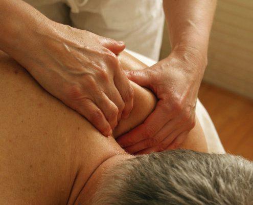 Schulterschmerzen lassen sich mit einer Kombination aus Akupunktur und Tuina-Massage gut lindern und behandeln.